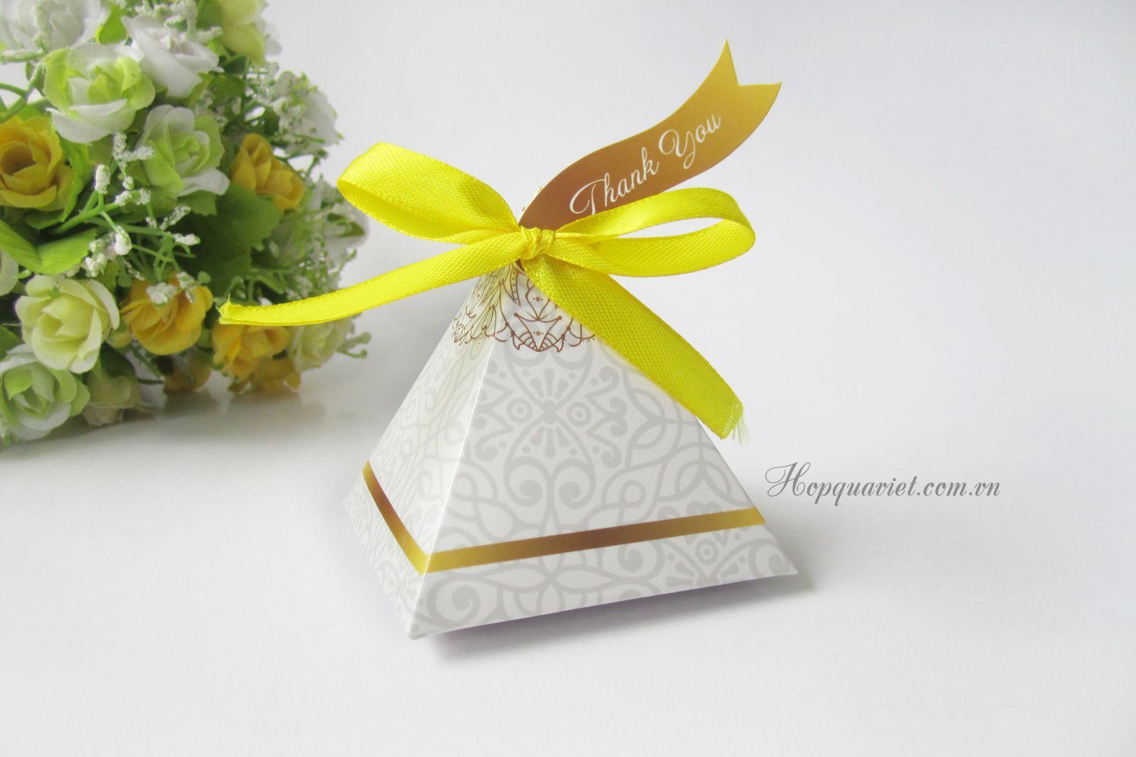 Hộp quà cưới tam giác hoa 18V (kèm tag thank you)