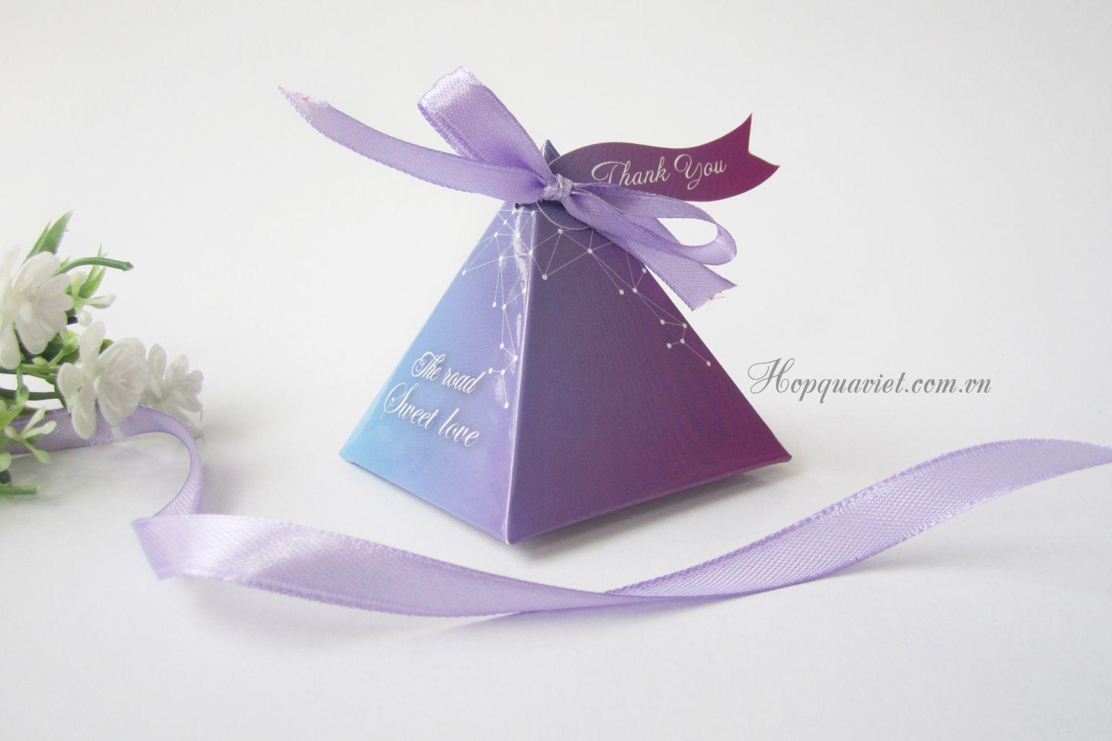 Hộp quà cưới tam giác 18H nơ tím (kèm tag thank you)