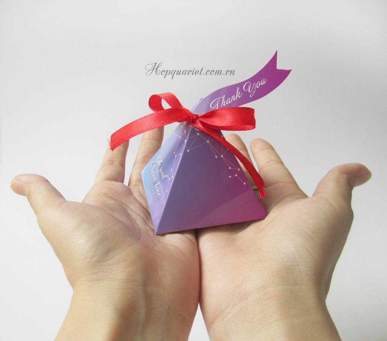 Hộp quà cưới tam giác 18H nơ đỏ (kèm tag thank you)