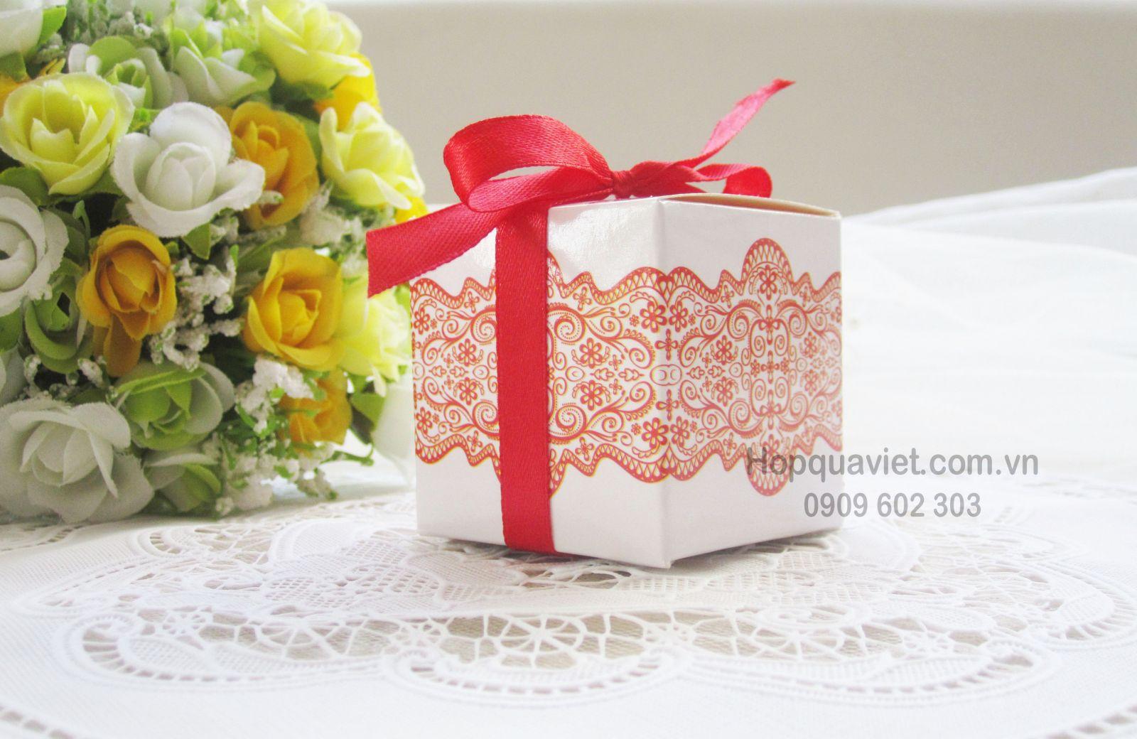 Hộp quà cưới vuông ren đỏ 1D (chỉ còn 150 hộp)
