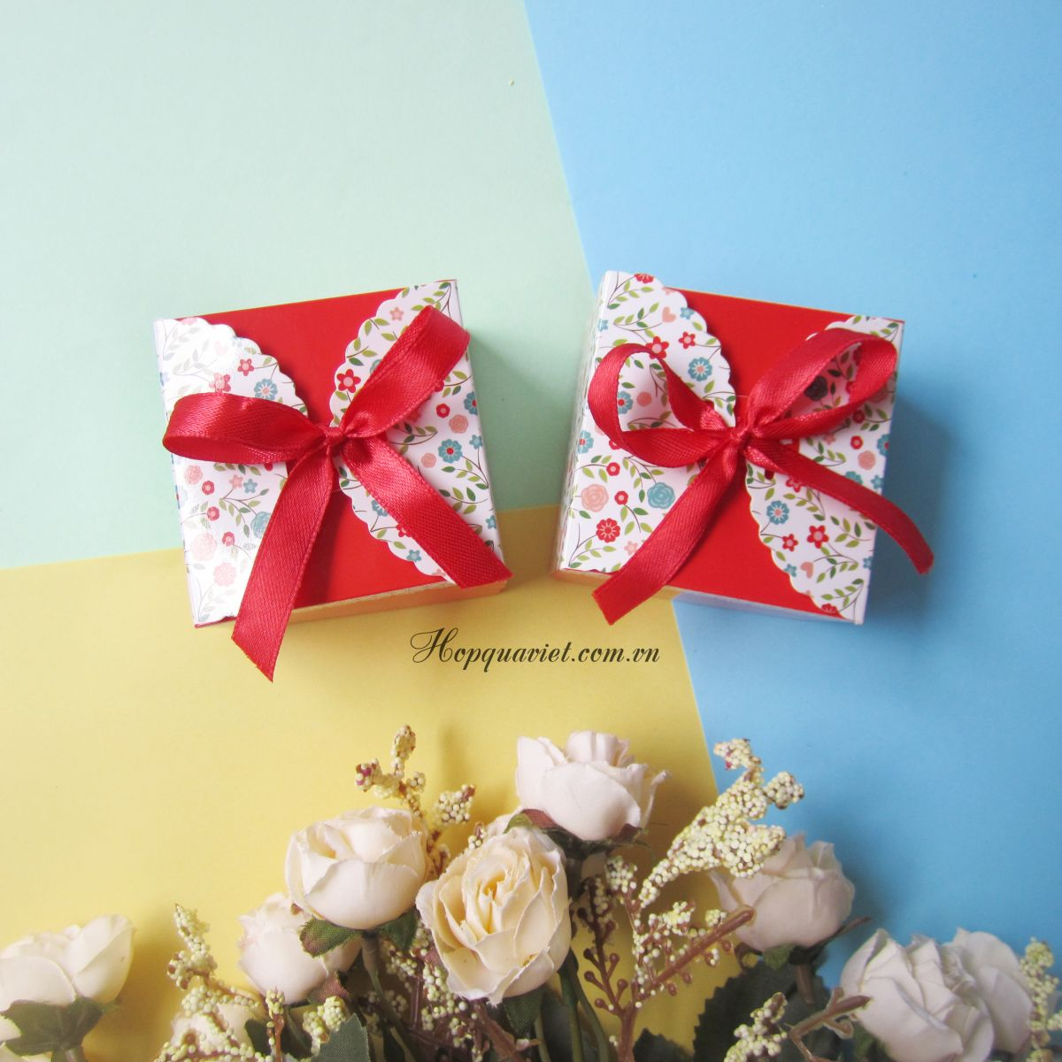 Hộp quà cưới vuông hoa đỏ 8D
